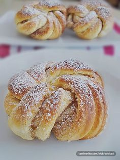 "Kanelknuter - Cimet cvor-originalni recept iz poznate pekare ""Lom"" u Norveskoj Albanian Recipes, Croatian Recipes, Baking Recipes, Cake Recipes, Dessert Recipes, Braided Nutella Bread, Kiflice Recipe, Rodjendanske Torte, Pastry Design"