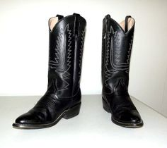 Black cowboy boots with white stitching  www.thehoneyblossomstudio.com