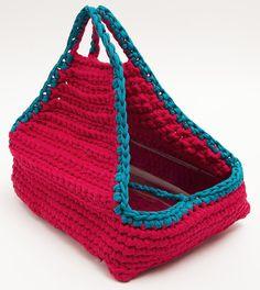 Sacolinha de crochê feita de fio de malha. Pode ser encomendada em qualquer cor e medida (a da foto mede 35 x 25 cm). Basta enviar uma mensagem na hora de realizar a compra, com as especificações de cor e medidas.