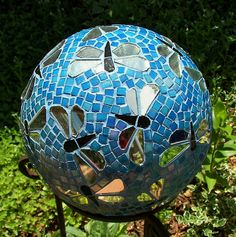 Dragonfly gazing ball Recycled bowling ball, mirror, stained glass, blue grout - I am thinking it would be pretty with silverware handles where the mirrors are, too. Bowling Ball Crafts, Bowling Ball Garden, Mosaic Bowling Ball, Bowling Ball Art, Garden Balls, Bowling Tips, Mosaic Garden Art, Mosaic Art, Mosaic Glass