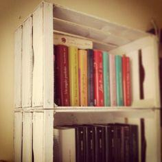 Libreria creata con cassette di frutta dipinte