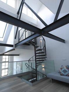 Modern interieur in oude fabriek - Stalen balken en wenteltrap - Bekijk meer foto's van dit interieur op Walhalla.com