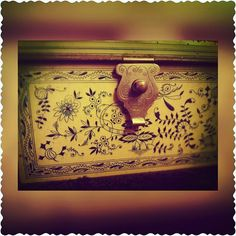 détail. ...... #detail #photobyme #photographie #photography #photo #Beautiful #lovely #wow #cool #amazing #lovevintage #vintagehome #vintagefashion #vintagedesign #vintage #antique #brocante #box #boite #collection #collectiondeboite #collector #vintagebox #oldbox #boiteenmetal #metalbox by vintageantiquebroc