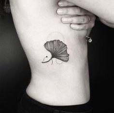 Les tatouages géométriques et monochromes d'Okan Uckun - Journal du Design
