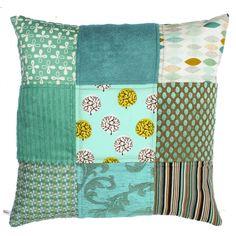 Ookinhetpaars maakt handgemaakte kussens. Stevige meubelstoffen en retro vintage stof wordt gebruikt in het woonkussen. De achterkant is effen en bevat een rits. Elk kussen is een uniek exemplaar. Turquoise kleurstelling. 60X60 cm in turquoiseblauw.