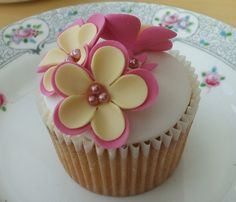 These Affectionate Mother's Day Cakes are very delightful and lively that are really a great present to give to your mom or grandma. So say Happy Mother's day with these Affectionate Mother's Day Cake ideas. Fondant Cupcakes, Wedding Cakes With Cupcakes, Cupcake Cakes, Fancy Cakes, Cute Cakes, Mini Cakes, Mothers Day Cupcakes, Mothers Day Cake, Pretty Cupcakes