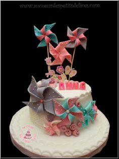 Un petit gâteau d'anniversaire pour la petite Anna, aux couleurs douces comme le souhaitait sa maman qui m'a laissé carte blanche pour la déco et je la remercie pour cela. J'ai réalisé des moulins à vent en pâte à sucre, ainsi que de la dentelle en sucre....
