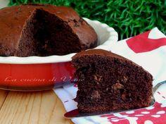 Torta al cioccolato golosissima con cioccolato fondente, cioccolato al latte e cacao. Golosa, soffice, umida. con pezzi di cioccolato cremosi ad ogni morso.