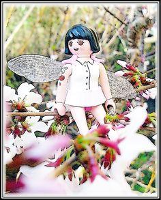 """Wildkirsche  von Cicely Mary Barker   Wer im April an Waldwegen Entzückt auf Primeln und Veilchen schaut, hört vielleicht einen Laut. Er klingt wie ein Raunen. Ihr seht hoch auf den Baum, staunt, glaubt es kaum. Dort sitzt eine Elfe. Sie ruft: """"Seht her, schöner geht es nicht mehr! Meine Blütendolden so weiß, zartrosa Blätter stehen im Kreis."""" Oh, wilder Kirschbaum, staunt ihr, deine Elfe hat Recht, du bist eine Zier."""