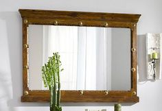Een rechthoek spiegel met een bruine lijst