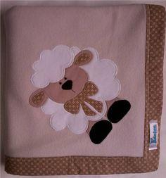 Manta em soft microfibra bege perolado, com barrado em tecido 100% algodão e patch apliquée ovelhinha. R$ 39,90