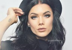 Make up. Linda Hallberg