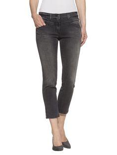 Jeans in aktueller 7/8-Länge. Vorne mit Eingrifftaschen. Hinten mit Passe, aufgesetzten Taschen und Gürtelschlaufen. Sehr figurbetonte Form, Schrittlänge ca. 65,5 cm, Saumweite ca. 32 cm. Obermaterial: 98% Baumwolle, 2% Elasthan, waschbar...