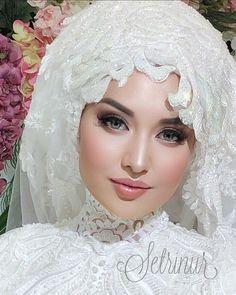 Image may contain: 2 people, closeup Wedding Hijab Styles, Muslim Wedding Dresses, Muslim Brides, Bridal Dresses, Muslim Couples, Bridal Hijab, Hijab Bride, Beautiful Prom Dresses, Beautiful Hijab