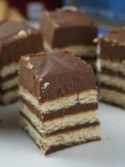 Keks + čokolada - postoji li bolja kombinacija? Još ako vam kažemo da zajedno line kolač koji ćete spremiti očas posla, koji se uz sve to NE PEČE - idealno, zar ne? Brzi kolači koji vas neće zarobiti u kuhinji su sjajni za one dane kada nemam puno vremena, a najavili su nam se iznenadni gosti. Pogledajte recept sa uputstvom i saznajte kako da napravite ovaj brzi kolač od čokolade i keksa.