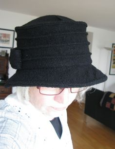 Da ich seit einiger Zeit wirklich gern Hüte trage, lag es für mich nahe, sie auch selbst zu nähen. Ein roter und ein schwarzer Hut, beide au...