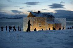 """En is-skulptur av Peder Istad. Et fraflyttet sjøsamisk hus i Hanselv bygges inn bak en mur av is og lyssettes. En fotoutstilling av Oddleiv Apneseth med bilder fra husets interiører, og en installasjon av kunstnerens Mona Nordaas ved Gjenreisningsmuseet i Hammerfest. """"Still Life"""" er et prosjekt som berører mange spørsmål: verdighet, sjøsamenes historie og livsvilkår, gjenreisningen etter krigen, språk, fornorskningsprosesser , integrering og tilhørighet."""