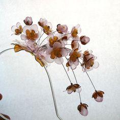 Čelenka s jabloňovými květy z PET lahví