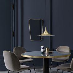 Dessiné en 1933 par Gio Ponti, FA.33 est un miroir aux lignes pures et légères. Réédité par #Gubi, ce #miroir, disponible en deux tailles, est équipé d'un cadre en laiton qui lui confère une élégance #intemporelle. #design #inspiration #salleamanger #silvera #silveraeshop #new