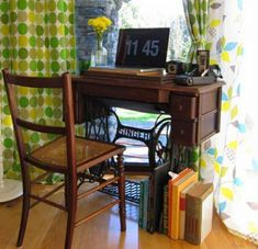 Many of us have a vintage or even antique sewing machine in their home that is dusty and neglected. Here are 60 ideas to upcycle vintage sewing machines into various types of home decor accessories. Sewing Machine Tables, Treadle Sewing Machines, Antique Sewing Machines, Sewing Table, Sewing Desk, Sewing Spaces, Sewing Rooms, Repurposed Furniture, Diy Furniture