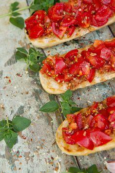 1/5 1 kg dokonale vyzrálých rajčat omyjeme a ostrým nožem nakrájíme na drobné kostičky (0,5 cm). 2/5 V míse je smícháme se 2 lžícemi směsi koření ...