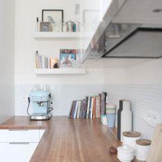 Jolie crédence dans la cuisine réalisée avec des carreaux adhésifs