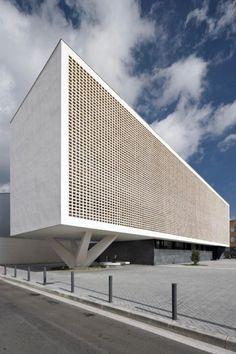 The facade of the Progrés-Raval Health Center in Badalona by Jordi Badia. Concrete Architecture, Art And Architecture, Beautiful Architecture, Beautiful Buildings, Brutalist Buildings, Tableau Design, Facade Design, Building Design, House