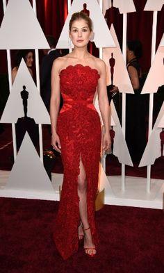 """Rosamund Pike, indicada à categoria de Melhor Atriz pelo filme """"Garota Exemplar"""", foi uma das mais elogiadas da noite. A loira usou um tomara que caia rendado com fenda e sandália de mesmo tom"""