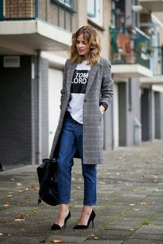How to Dress Like a British Girl in 9 Easy Steps Fashion Me Now looking chic in a long checkered coat, graphic tee, and jeans Fashion Me Now, Street Style Inspiration, Mode Inspiration, Business Mode, Business Outfit, Business Casual, Best Street Style, Street Chic, Madrid Street Style