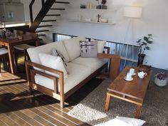 ダークブラウン色の床材にウォールナット無垢材の家具でコーディネートした実例