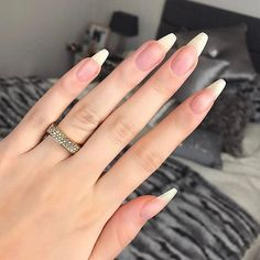On average, the finger nails grow from 3 to millimeters per month. If it is difficult to change their growth rate, however, it is possible to cheat on their appearance and length through false nails. Natural Nail Shapes, Long Natural Nails, Acrylic Nails Stiletto, Summer Acrylic Nails, Glitter Nails, Summer Nails, Natrual Nails, How To Do Nails, My Nails