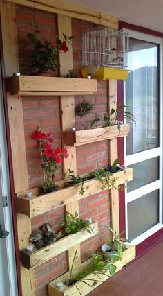 spanish DIY for wall planters made from old pallet board things Backyard Projects, Diy Pallet Projects, Garden Projects, House Plants Decor, Recycled Garden, Diy Garden Decor, Porch Decorating, Garden Furniture, Backyard Landscaping