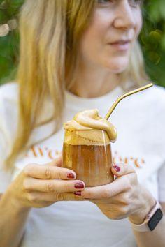 Dalgona Kaffee Rezept - whipped coffee - Mrs Flury  Schaumkaffee, Rezept Dalgona Kaffee, geschlagener Kaffee, Eiskaffee, Iced Coffee, Trend, TikTok Trend  #dalgona #dalgonacoffee #kaffee #mrsflury Vegan Sweets, Vegan Desserts, Easy Mediterranean Diet Recipes, Latte Art, Moscow Mule Mugs, Iced Coffee, Smoothies, Cocktails, Keto