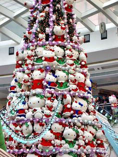 It's a Hello Kitty Christmas tree made out of Hello Kitty plush soft toys! And I also love how all the Hello Kittys are wearing Christmas outfits lol - SOO cute. Hello Kitty Christmas Tree, Noel Christmas, Xmas Tree, All Things Christmas, Christmas Ideas, Navidad Hello Kitty, Hello Kitty Imagenes, Holiday Fun, Holiday Decor