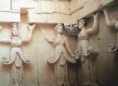 Bulgaria 09 Tumba tracia de Svestari esta tumba del siglo III a.C. es representativa de los principios esenciales aplicados por los tracios en la construcción de sus edificios religiosos. La ornamentación arquitectónica de la sepultura es única, con sus frescos y sus diez carií¡tides polícromas, mitad mujeres y mitad plantas