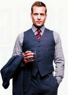 Harvey Specter portant un costume 3 pièces en prince de Galles gris avec une chemise à carreaux et une cravate rayée rouge et grise #icons #fashion #style #suits #harveyspecter #dandy #chic
