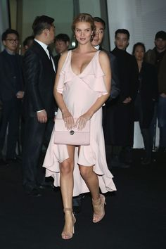 Pregnant Rosie Huntington-Whiteley absolutely glowed in a plunging pink dress which hugged onto every inch of her blossoming bump as she arrived backstage at Seoul Fashion Week. Celebrity Maternity Style, Stylish Maternity, Maternity Fashion, Celebrity Style, Celebrity Moms, Seoul Fashion, Rosie Huntington Whiteley, Rosie Whiteley, Tight Dresses