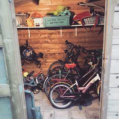 In het schuurtje van huisje 203 op de Sprookjescamping staan veel fietsen en buitenspeelgoed waar huurders gratis gebruik van mogen maken Chalets