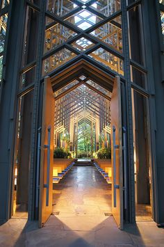 Thorncrown Chapel is in Eureka Springs, Arkansas, designed by E. Fay Jones and constructed in The design recalls the Prairie School of architecture popularized by Frank Lloyd Wright, with whom Jones had apprenticed. Church Architecture, Religious Architecture, Organic Architecture, Beautiful Architecture, Beautiful Buildings, Architecture Details, Landscape Architecture, Interior Architecture, Modern Church