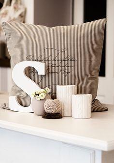 Dekoration Wer kommt schon auf die Idee, Schnur, Vasen, Kissen zusammen zu arrangieren?! Aber es siht trotzdem hübsch aus.