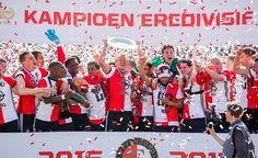 Feyenoord-aanvoerder Dirk Kuijt toont de schaal aan Het Legioen