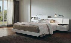 lampes de chevet articulées et tête de lit avec rangement en blanc