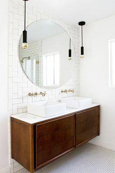 évier céramique, deux vasques rectangulaires, grand miroir rond, suspensions esprit industriel, robinets rétro