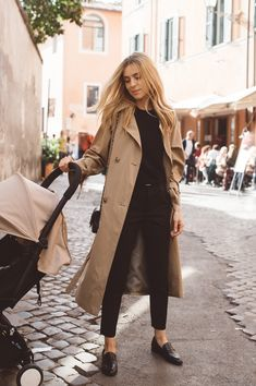Comment porter un trench-coat à 40 ans All the advice and ideas of outfits with a trench coat and how to wear it in style! All the tips & outfit ideas are in this article! Winter Fashion Outfits, Fall Outfits, Casual Outfits, Work Outfits, Classy Outfits, Fashion Fashion, Fashion Quiz, Work Dresses, Basic Outfits