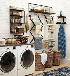 Cestas de mimbre para guardar la ropa sucia en lavaderos. Decoración de cuartos de lavado.