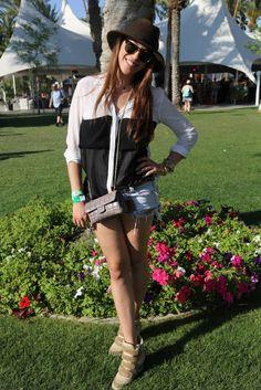 Street style: Coachella. Andia es griega y combinó su blusa de Urban Outfitters con un mini bolso bandolera, shorts vaqueros, sombrero y sneakers con cuña.