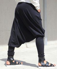 ♥ Losse zwarte broek met Pockets♥  asymmetrische extravagant ontwerp  Deze losse zwarte broek zal de perfecte deel uitmaken van je casual stedelijke outfit!  Ze zijn stijlvol en modern. Ze hebben twee zakken.   U kunt experimenteren met verschillende topjes en shirts. Voel je vrij om uw eigen stijl!  Deze broeken zijn gemaakt van 95% katoen en 5% spandex  Zeer comfortabel.  Verschillende maten en kleuren beschikbaar XS, S, M, L, XL, XXL, 3XL... PLUS MATEN  WANNEER U COÖRDINEERT EEN ORDER…