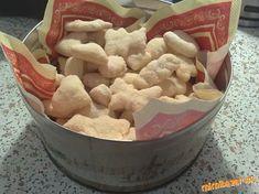 Vianočné šľahačkové keksy Czech Recipes, Dog Bowls, Cereal, Candy, Cookies, Breakfast, Desserts, Basket, Crack Crackers