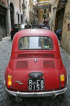 ITA, Italy, Rome : Old Fiat 500, Cinquecento, in a narrow lane in Trastevere. |