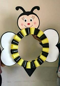 activites manuelles clsh - Page 2 Preschool Crafts, Diy And Crafts, Crafts For Kids, Arts And Crafts, Paper Crafts, Cup Crafts, Bee Party, School Decorations, Bee Theme